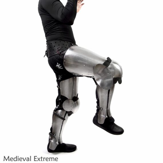 Better shapes, same perfect mobility. The set combines a mobility of floating legs with protection of three segmented greaves knee